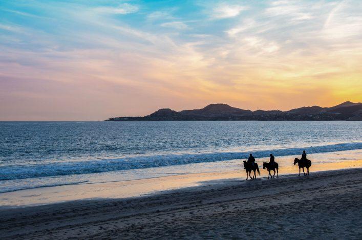 In Cabo San Lucas in den Sonnenuntergang reiten.
