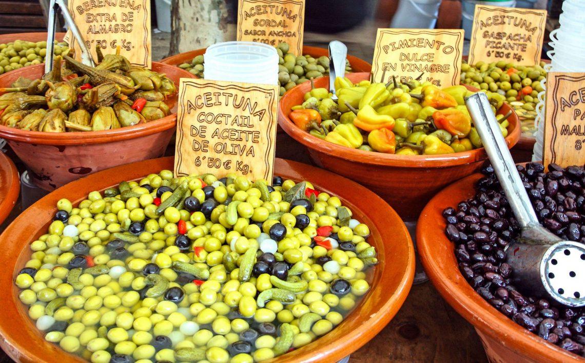 oliven-und-eingelegtem-gemuese-an-einem-marktstand-istock-532111137-2-e1526975315209