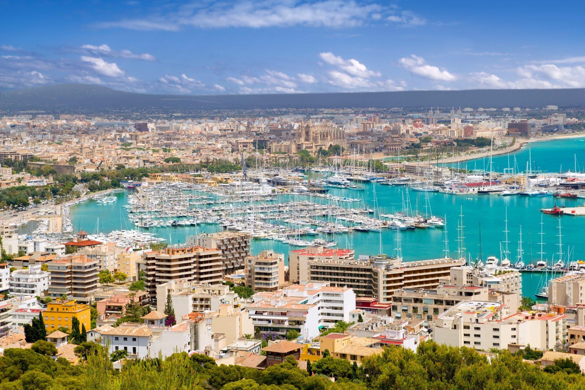 Ein Hafen in Palma mit Schiffen auf Mallorca