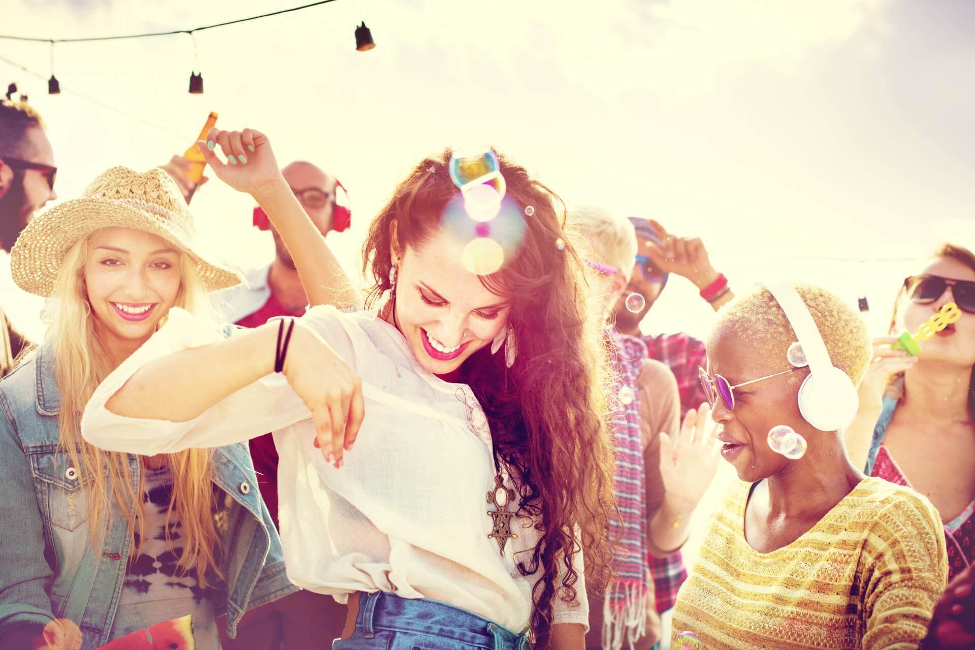 junge Frauen feiern am Strand