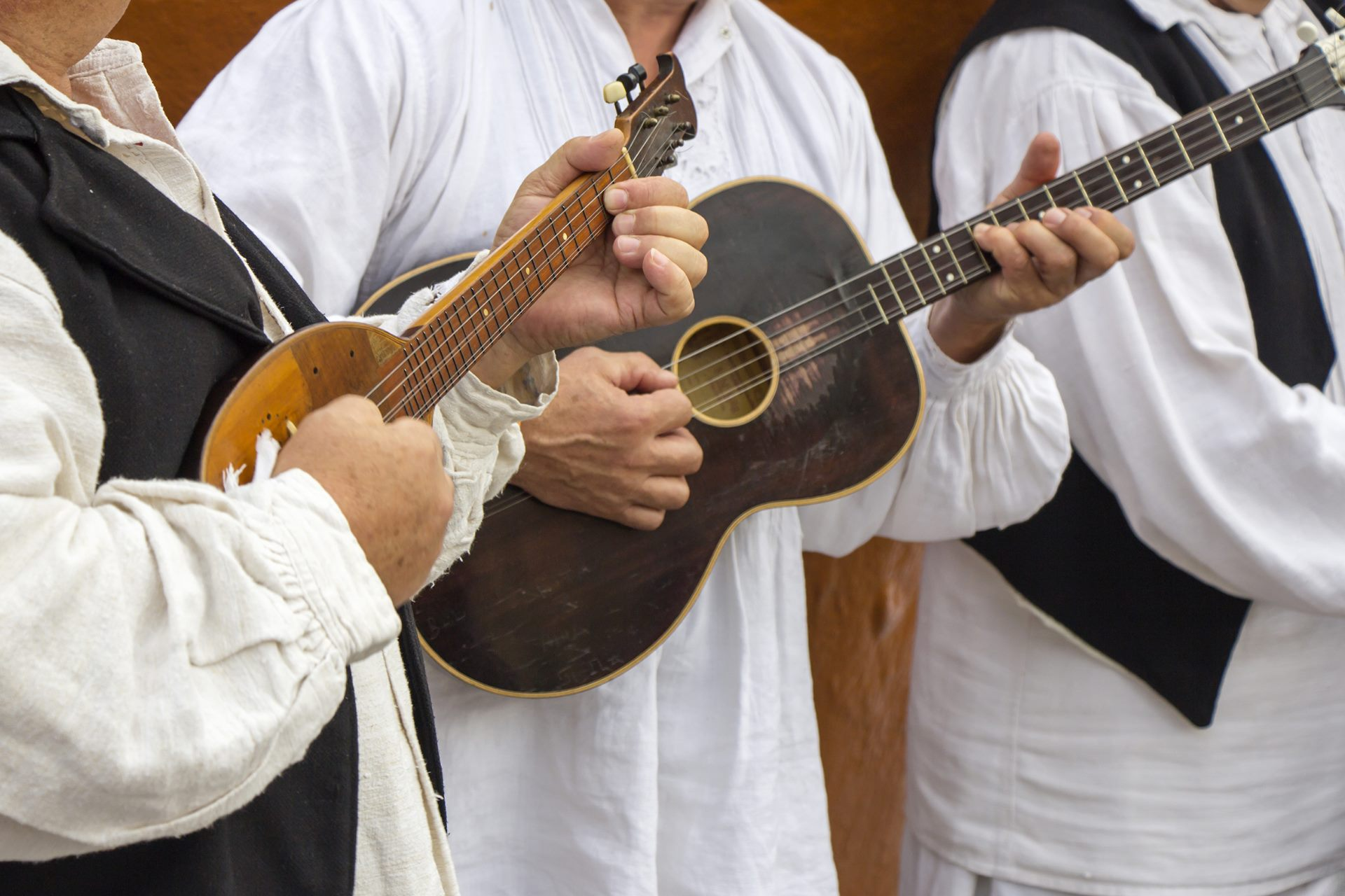 Traditionelle Musiker, die Gitarre spielen in Kroatien