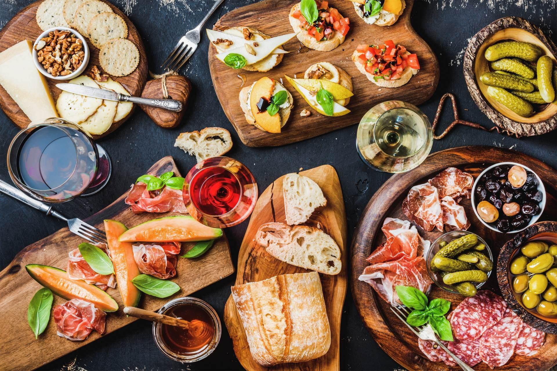 Italienische Gerichte auf einem Tisch