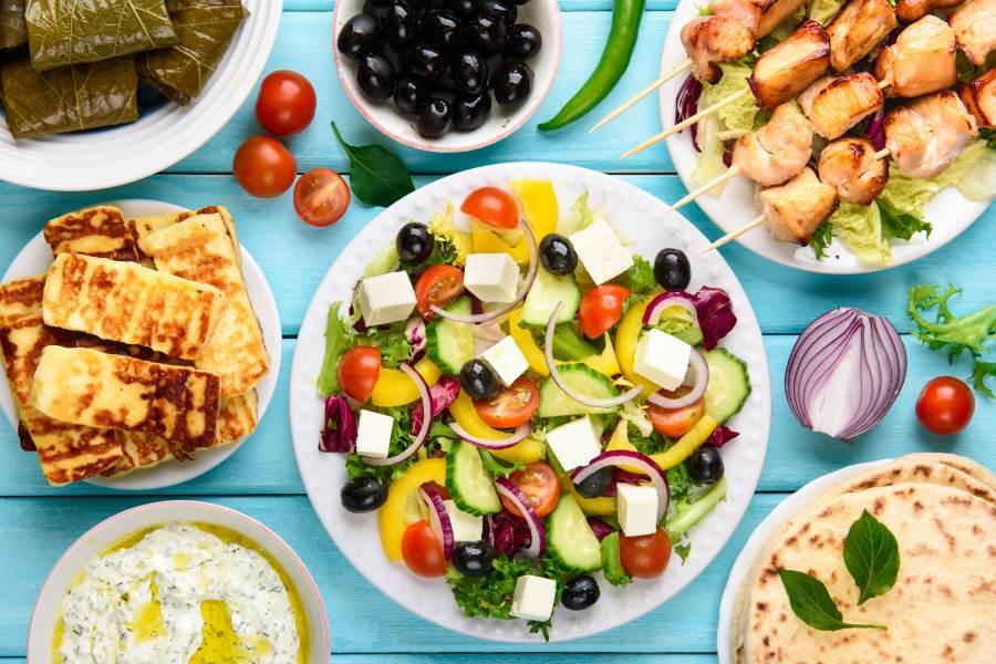 griechische Speisen auf einem Tisch