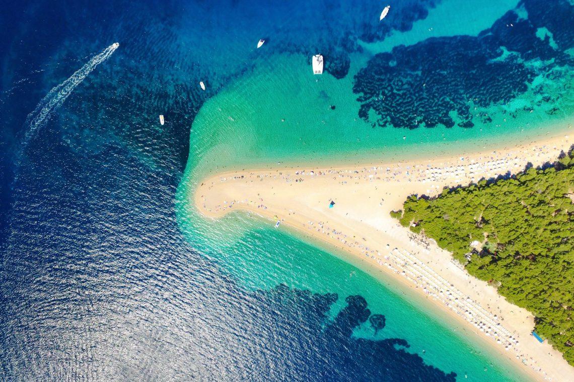 Luftansicht eines Strandes in Kroatien