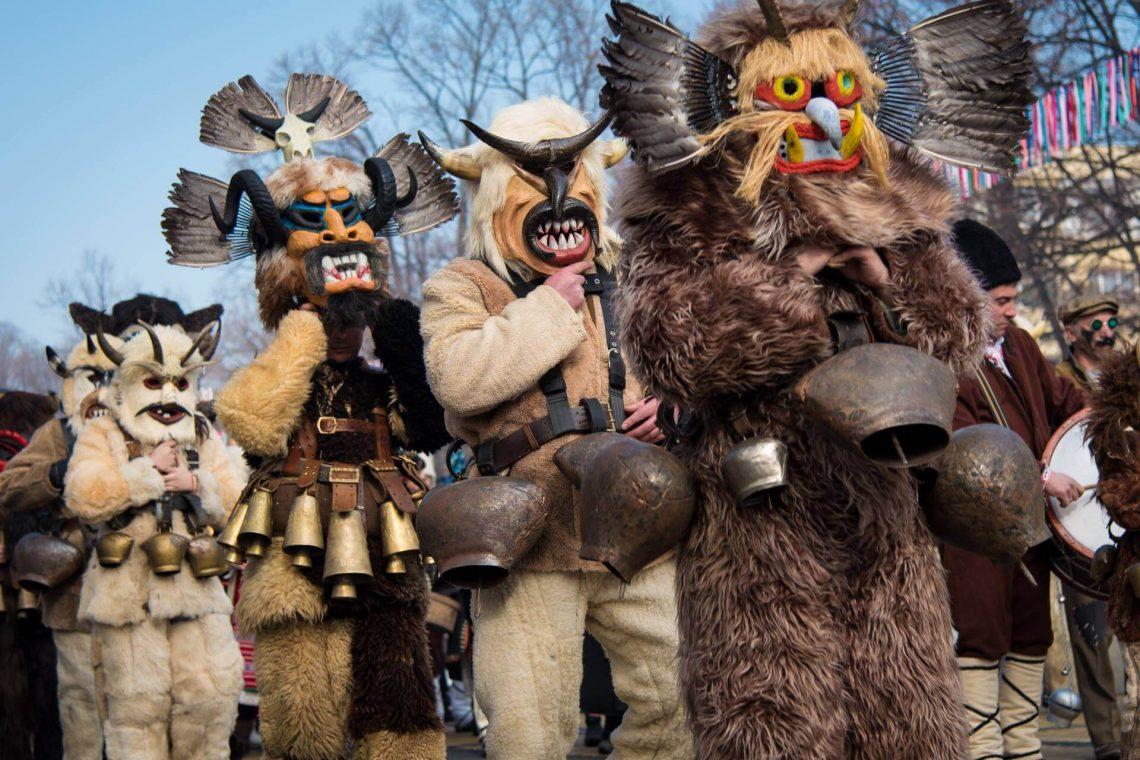 Als Tiere verkleidete Männer auf dem Kukeri festival in Bulgarien