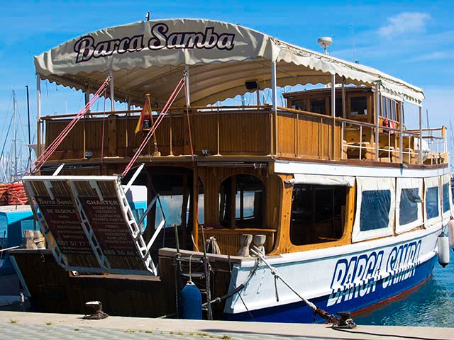 tour-boat-barca-samba-shutterstock_274682831-editorial-only-artesia-wells-1
