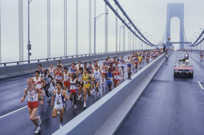 Marathonstrecken: Der NYC Marathon beim Überqueren der Brücke.