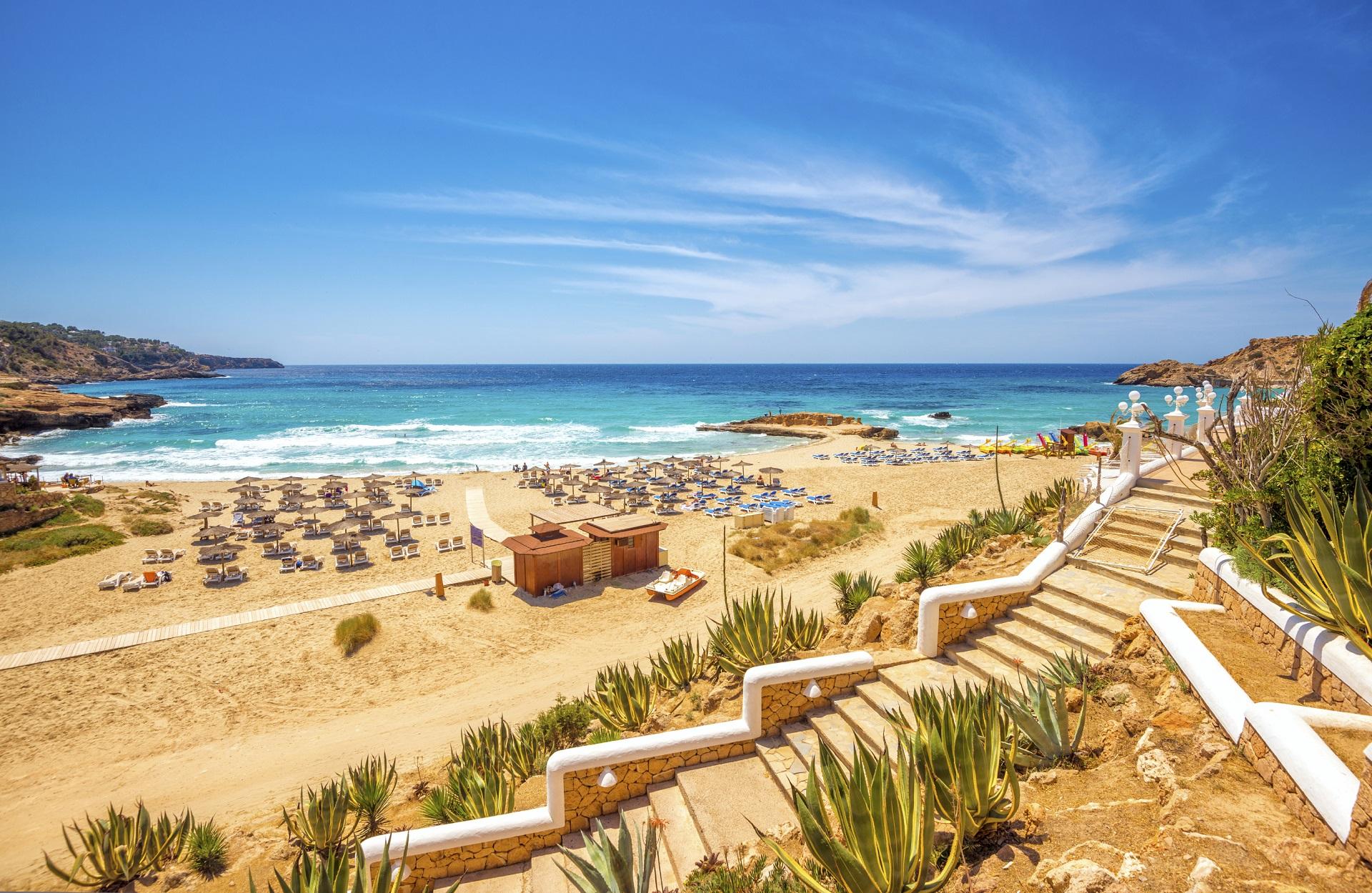 Ein Strand auf der Baleareninsel Ibiza