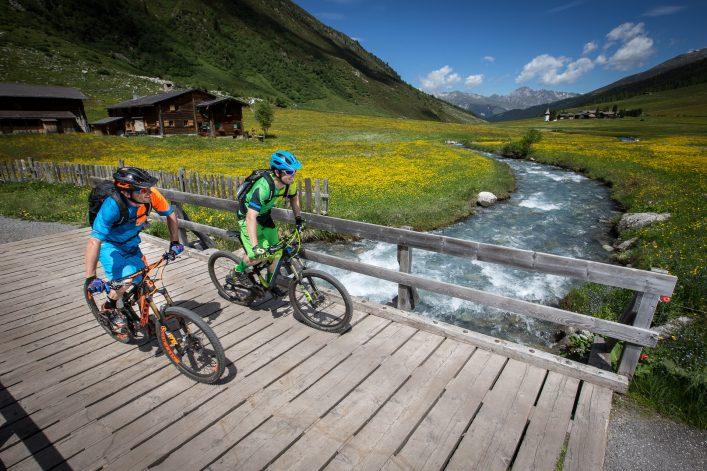 Zwei Radfahrer in Graubünden
