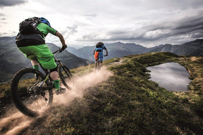 Zwei Radfahrer auf dem Alps Epic Trail in der Schweiz