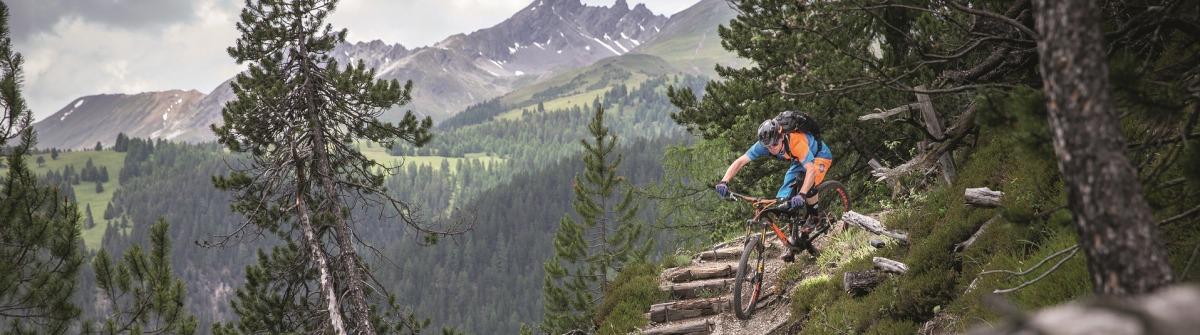 Radfahrer auf dem Alps Epic Trail in der Schweiz