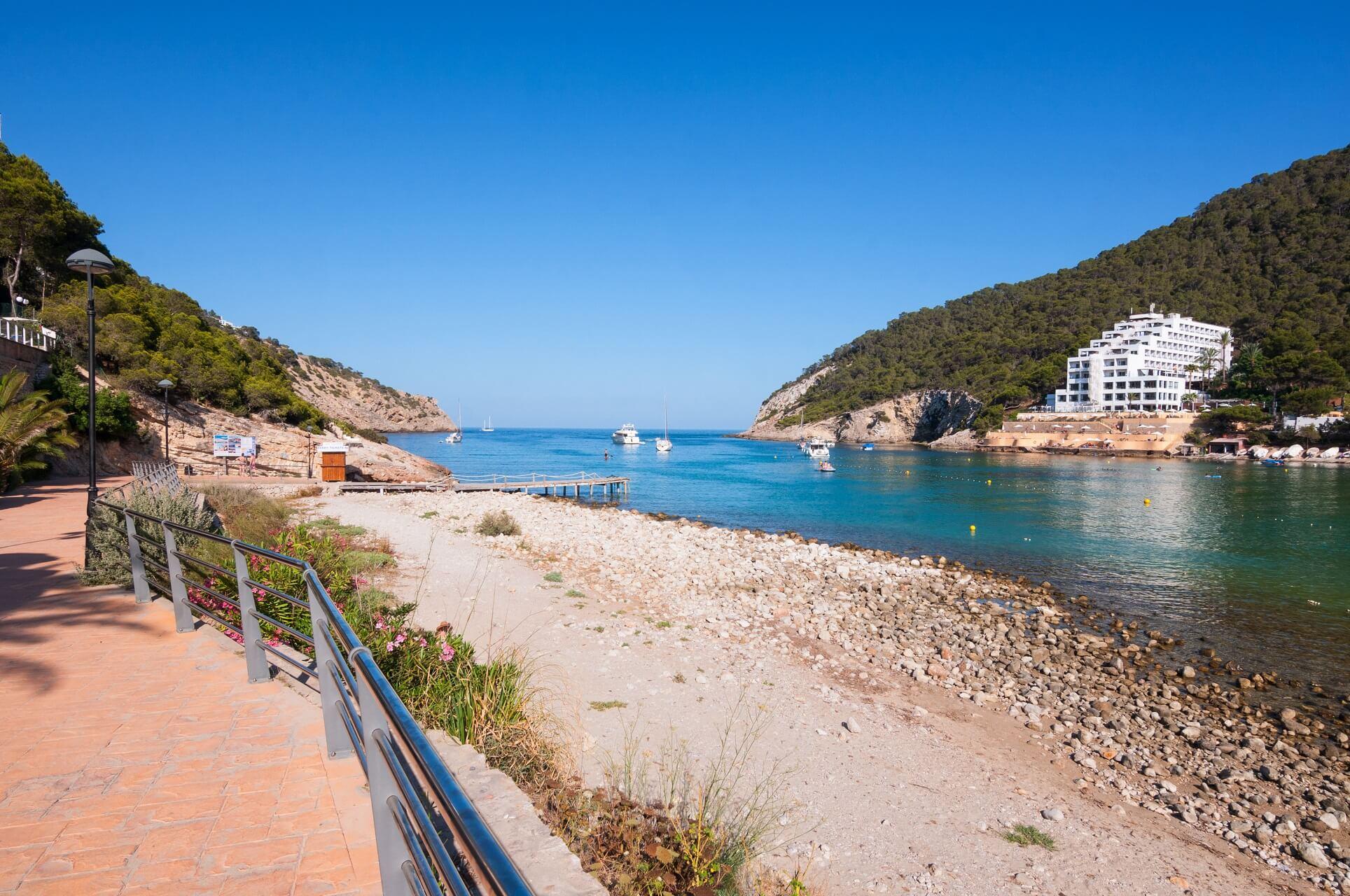 Der Strand Cala Llonga auf Ibiza in Spanien liegt geschützt in einer Bucht