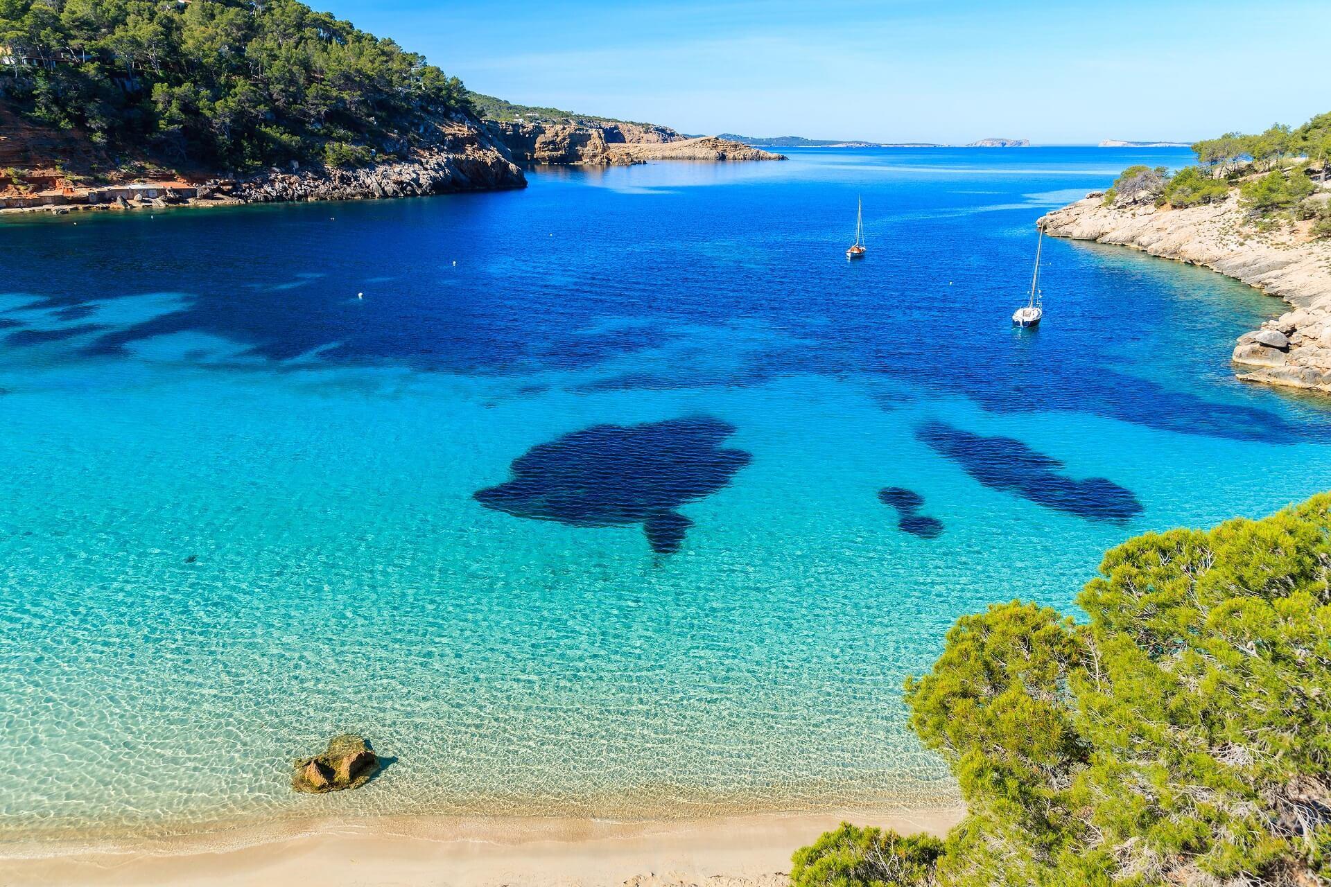 Der Strand Cala Salada auf biza gehört zu den schönsten Stränden auf Ibiza
