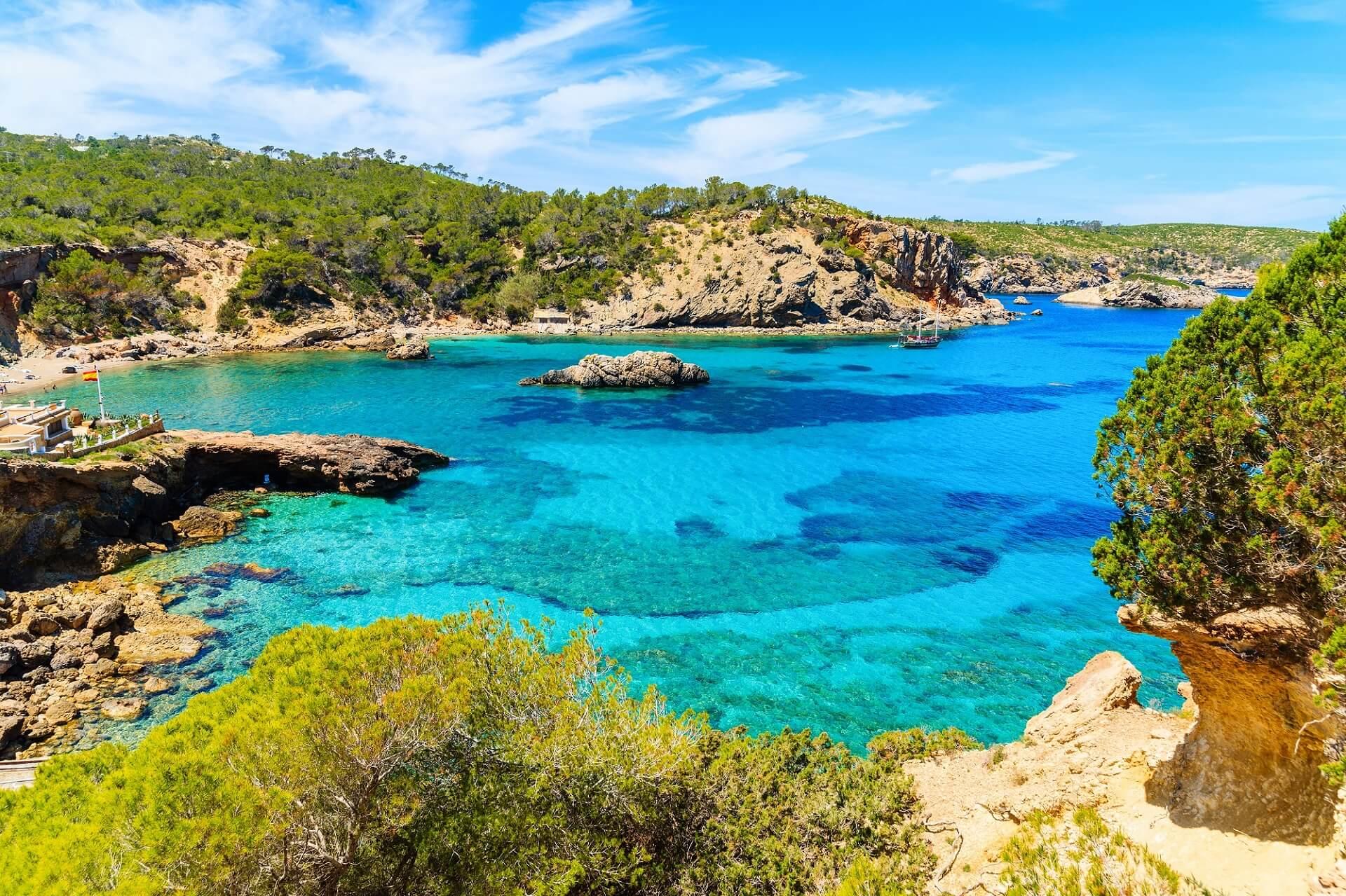 Die Bucht Cala Xarraca zählt zu den schönsten Stränden Ibizas