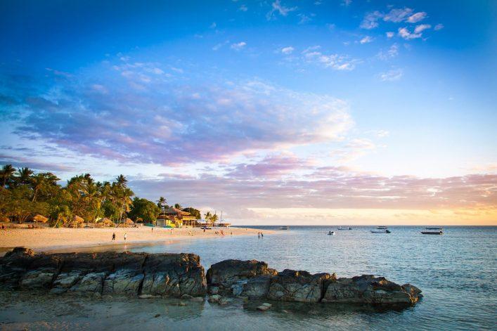 Der Strand der Fidschi Inseln bei Sonnenuntergang