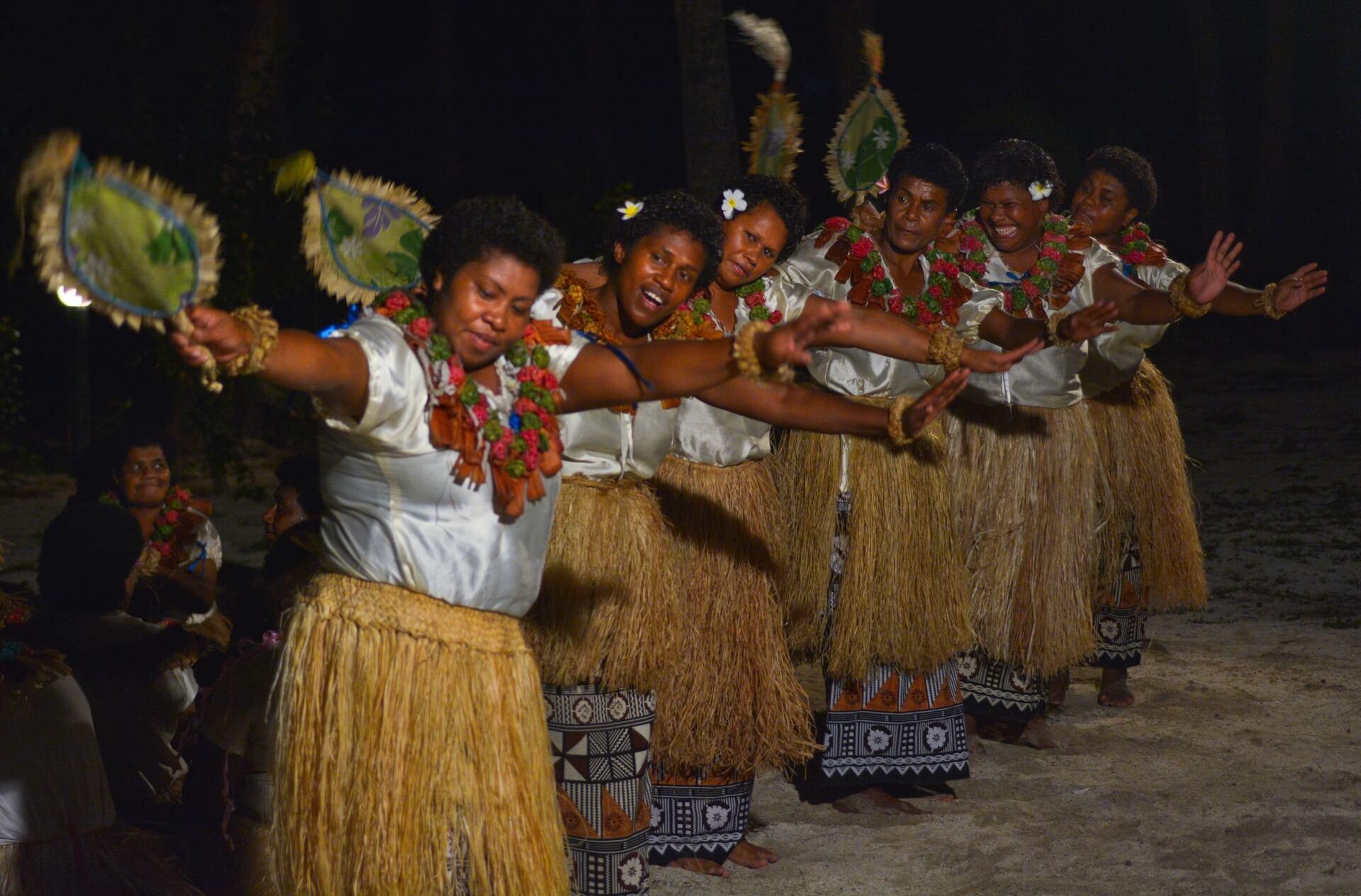 Frauen führen den Meke Tanz auf, ein traditioneller Tanz auf den Fidschi Inseln