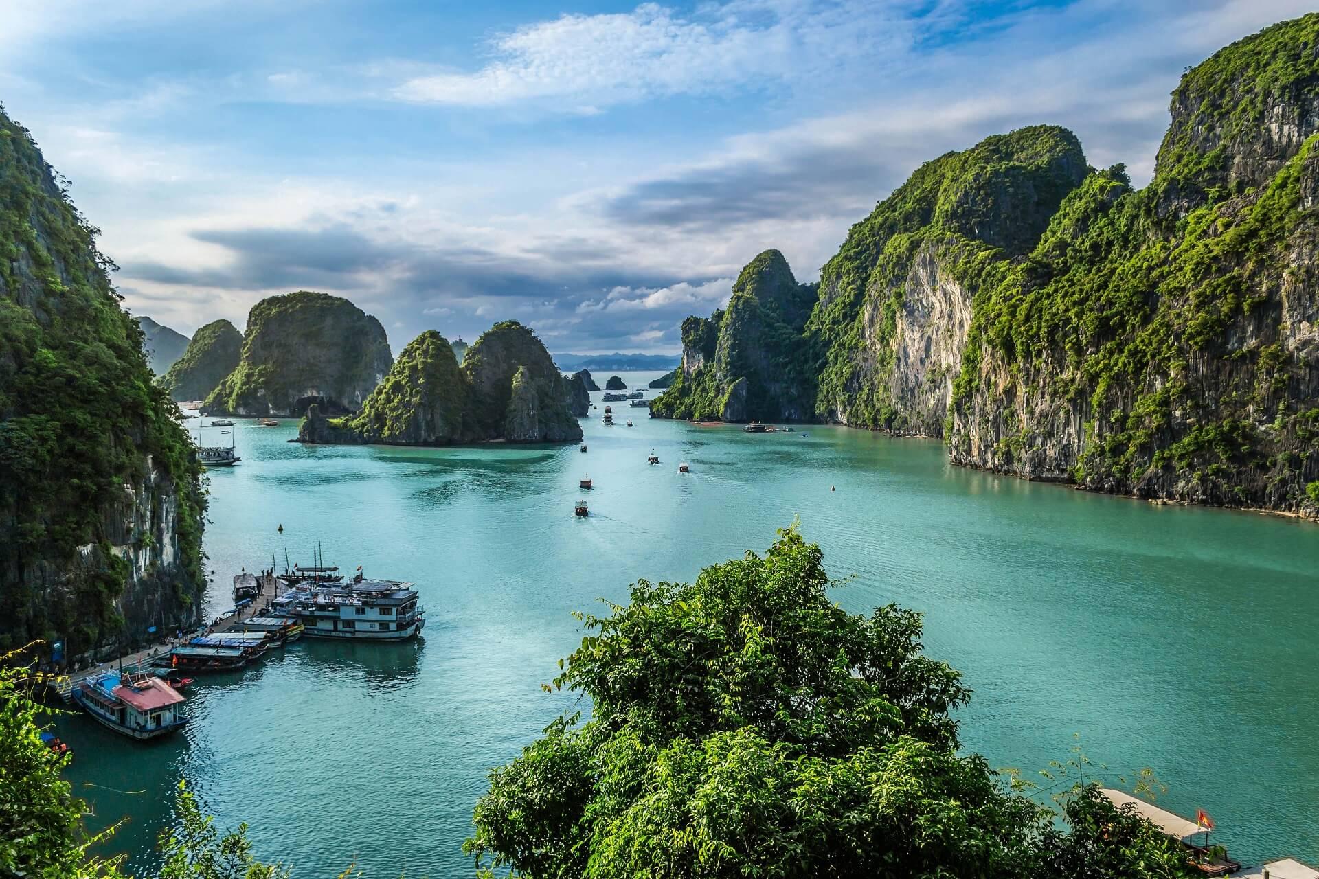 Die Halong Bay ist ein beliebtes Ziel von Profi Backpackern in Asien