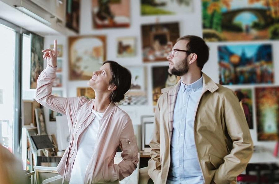Ein Paar schaut sich das Unperfekthaus in Essen an