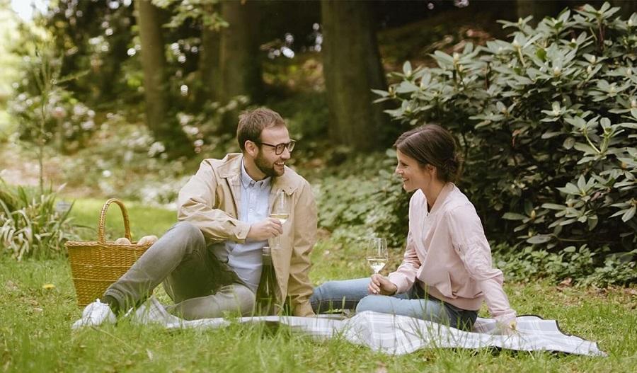 Ein Mann und eine Frau beim Picknick im Skulpturenpark Arboretum