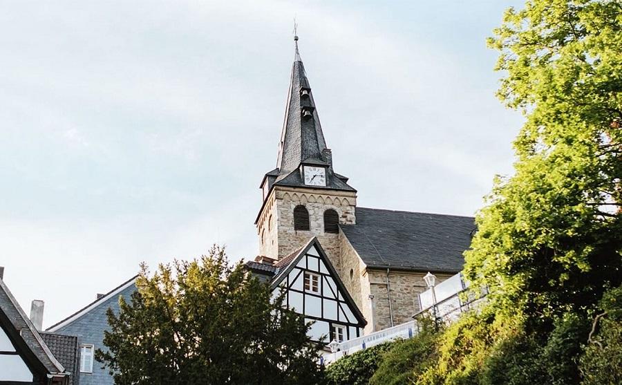Der im 13. Jahrhundert erbaute Kirchturm in Kettwig