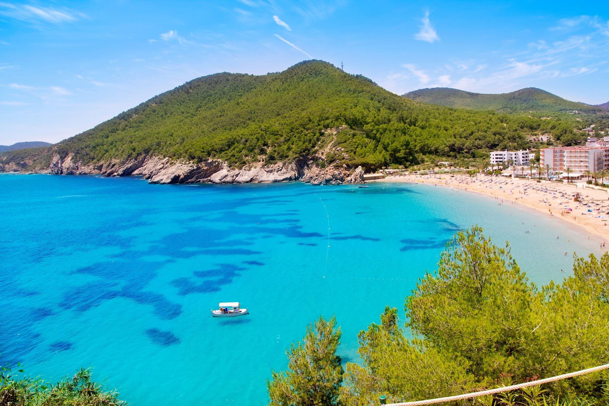 Der Strand Cala de Sant Vicent zählt zu den schönsten Stränden Ibizas