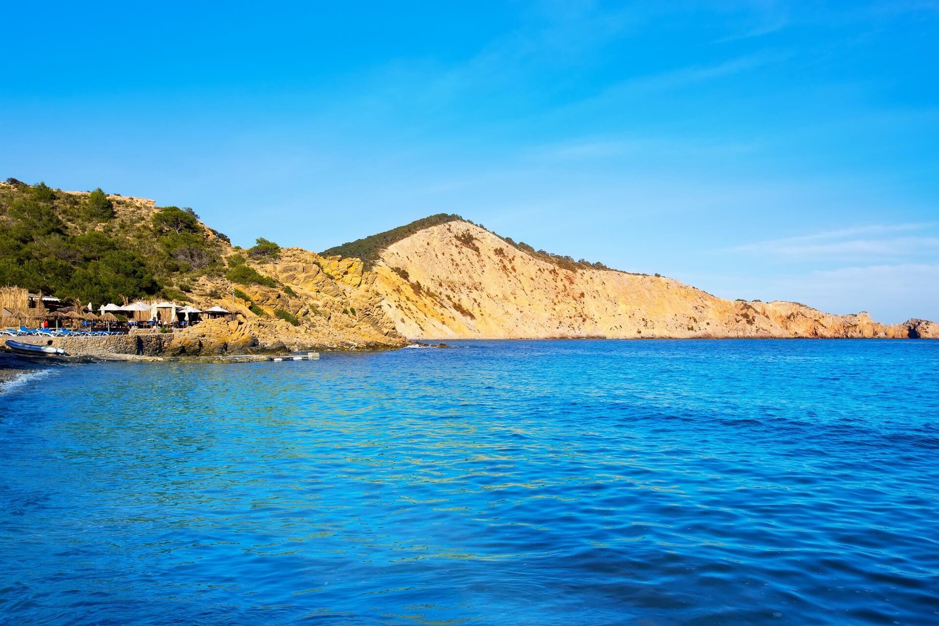 Der Strand Cale es Jondal auf Ibiza ist sehr beliebt