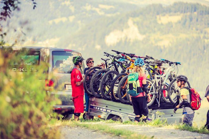 Radfahrer nutzen das Epic Bike Shuttle
