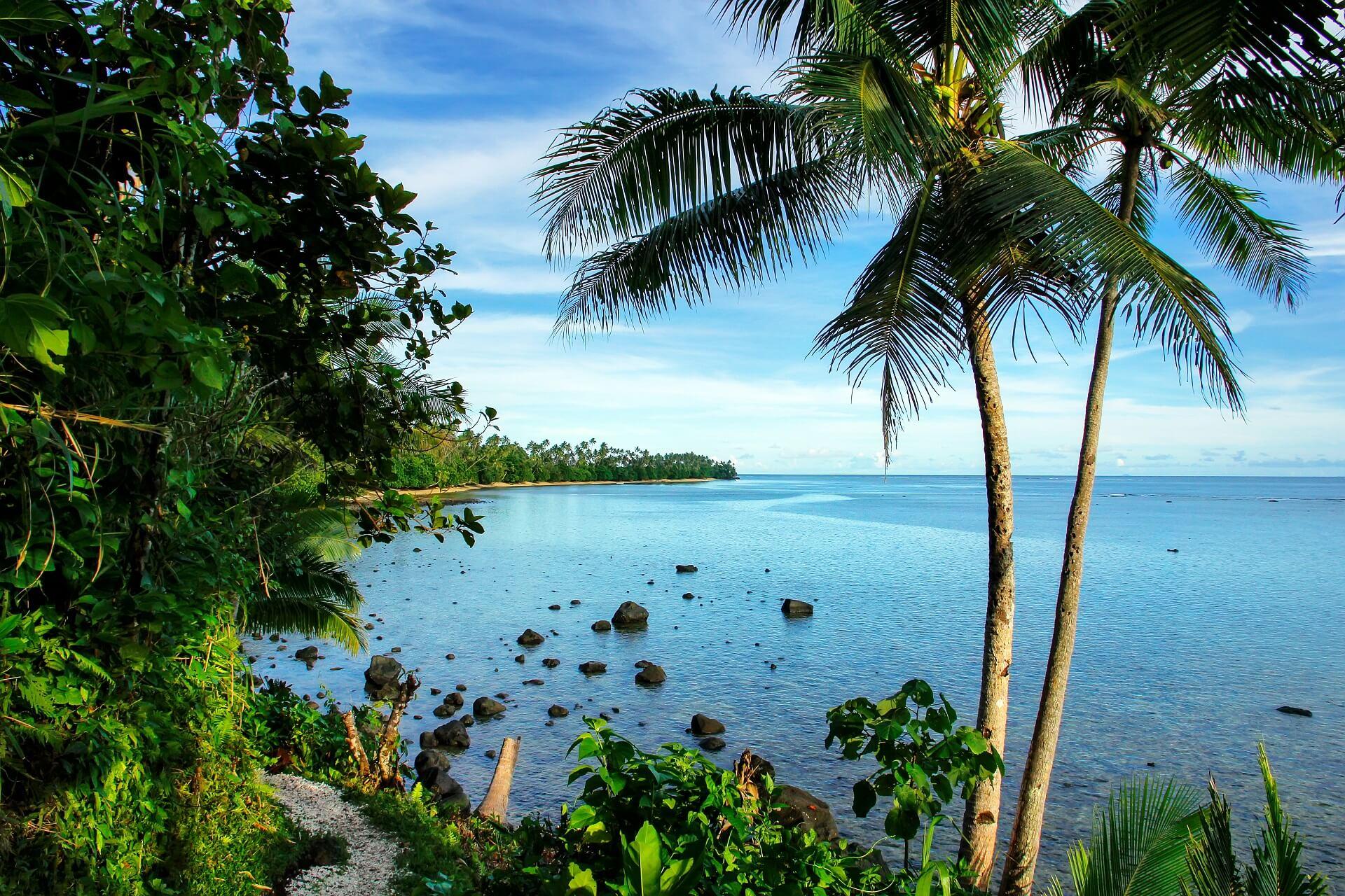 Die Sicht auf den Ozean vom Strand von den Fidschi Inseln ist wunderbar
