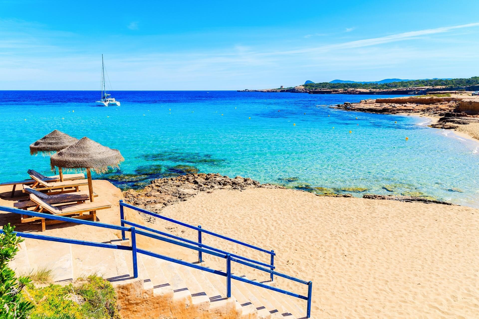 Den Strand Cala Conta auf Ibiza erreicht man über Stufen