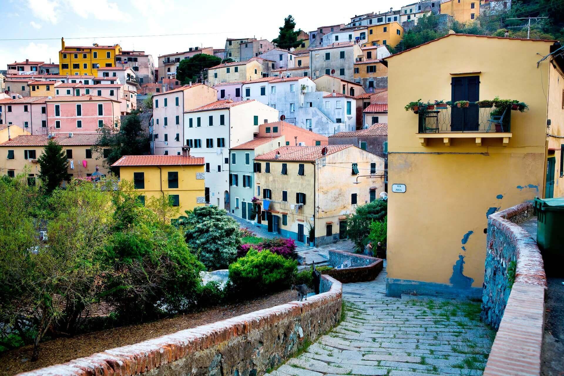 Die bunten Straßen von Elba in Italien