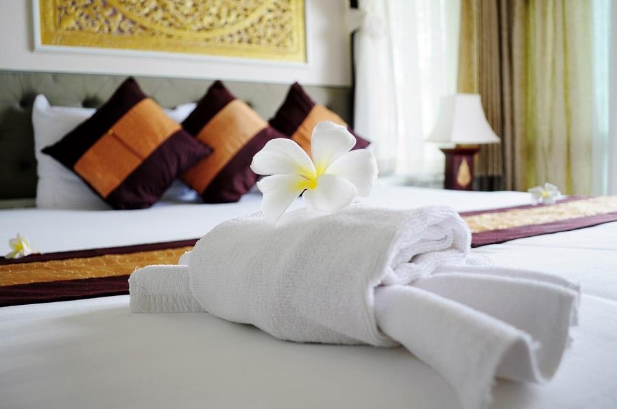 Liebevoll dekoriertes Bett in einem Boutique Hotel