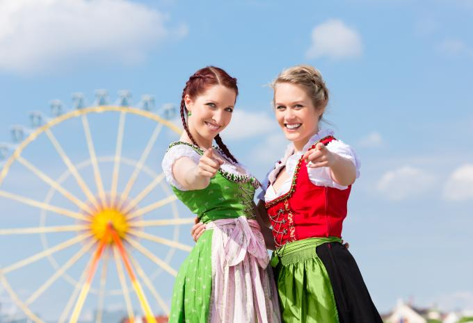 frauen-dirndl-oktoberfest-gettyimages-470001711_1528098653319-fix