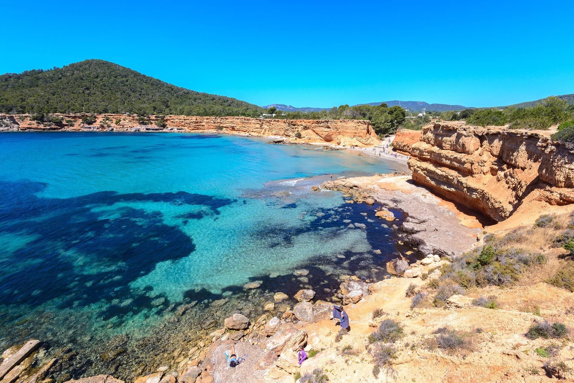Der Strand Sa Caleta zählt zu den schönsten Stränden auf Ibiza