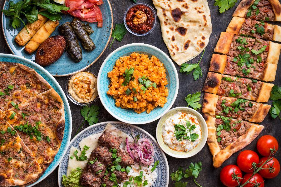 Verschiedene türkische Spezialitäten auf einem Tisch