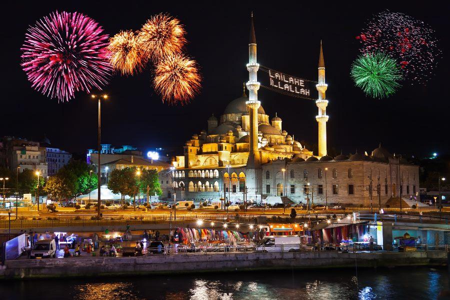 Feuerwerk über einer Moschee in Istanbul