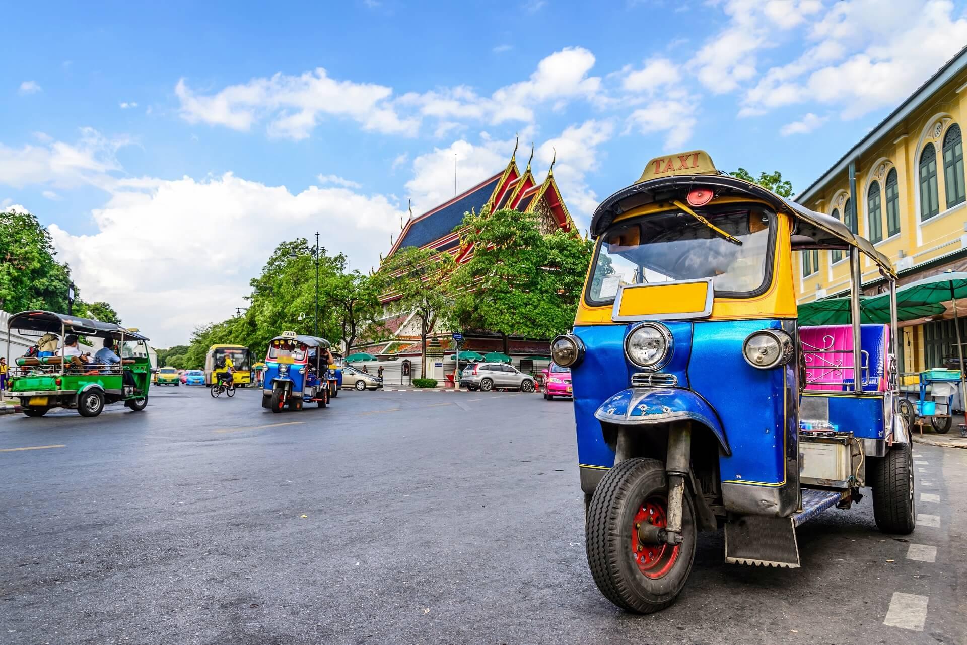 In Bangkok bewegt ihr euch am besten mit dem Tuk Tuk fort