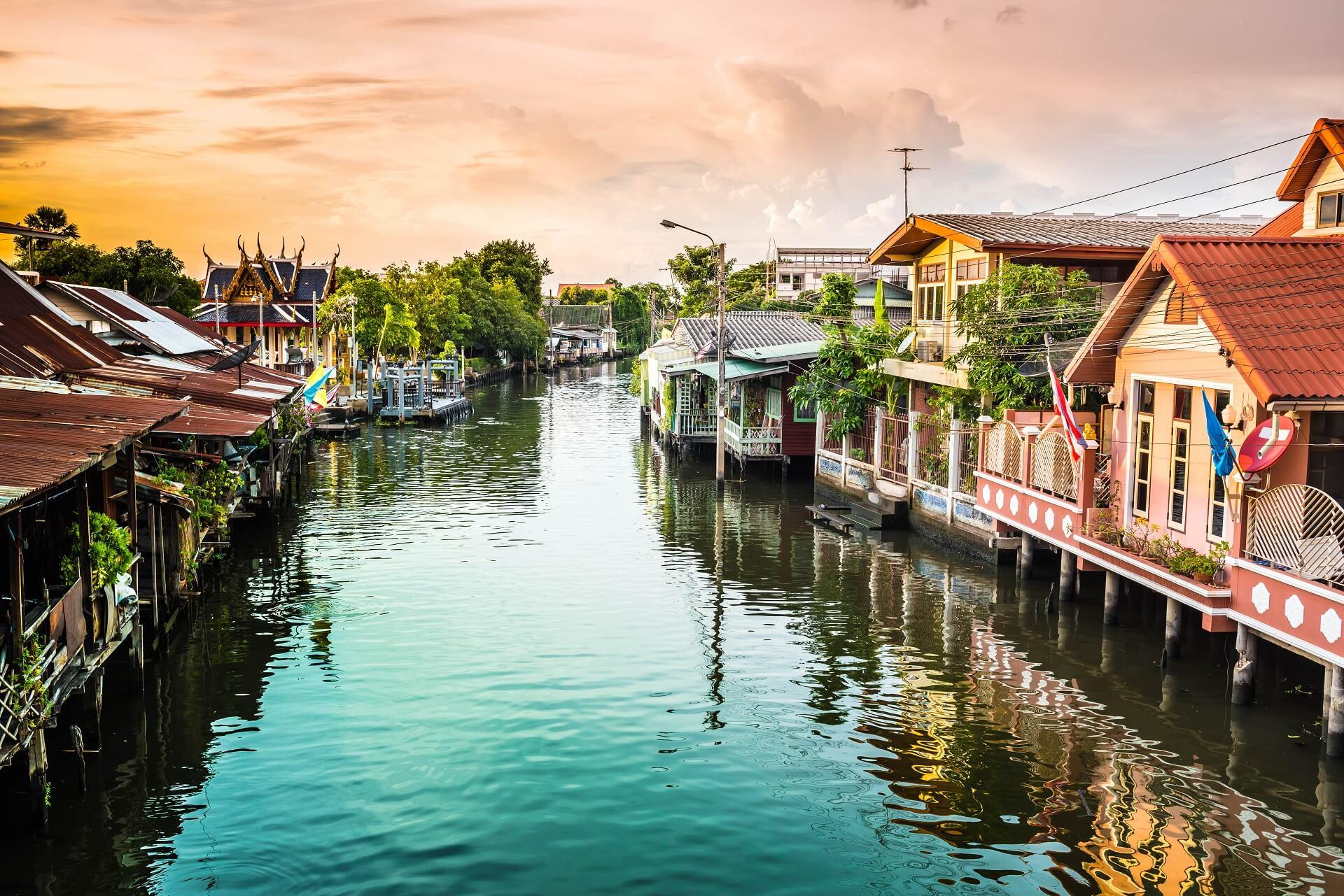 Bei einer Kanalfahrt über die Khlongs lernt ihr Bangkok von einer anderen Seite kennen