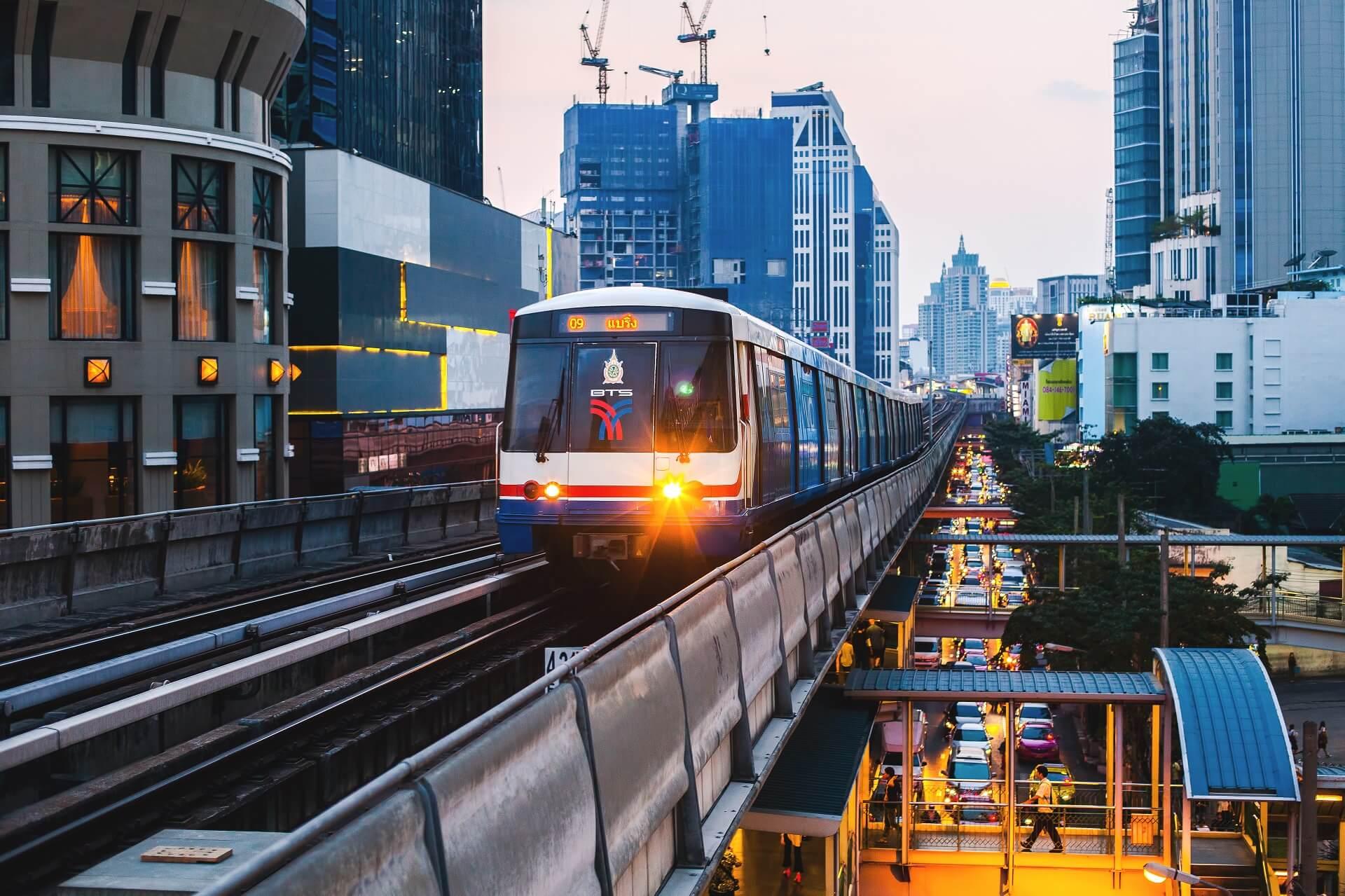 Eine Fahrt mit dem BTS Skytrain dürft ihr nicht verpassen