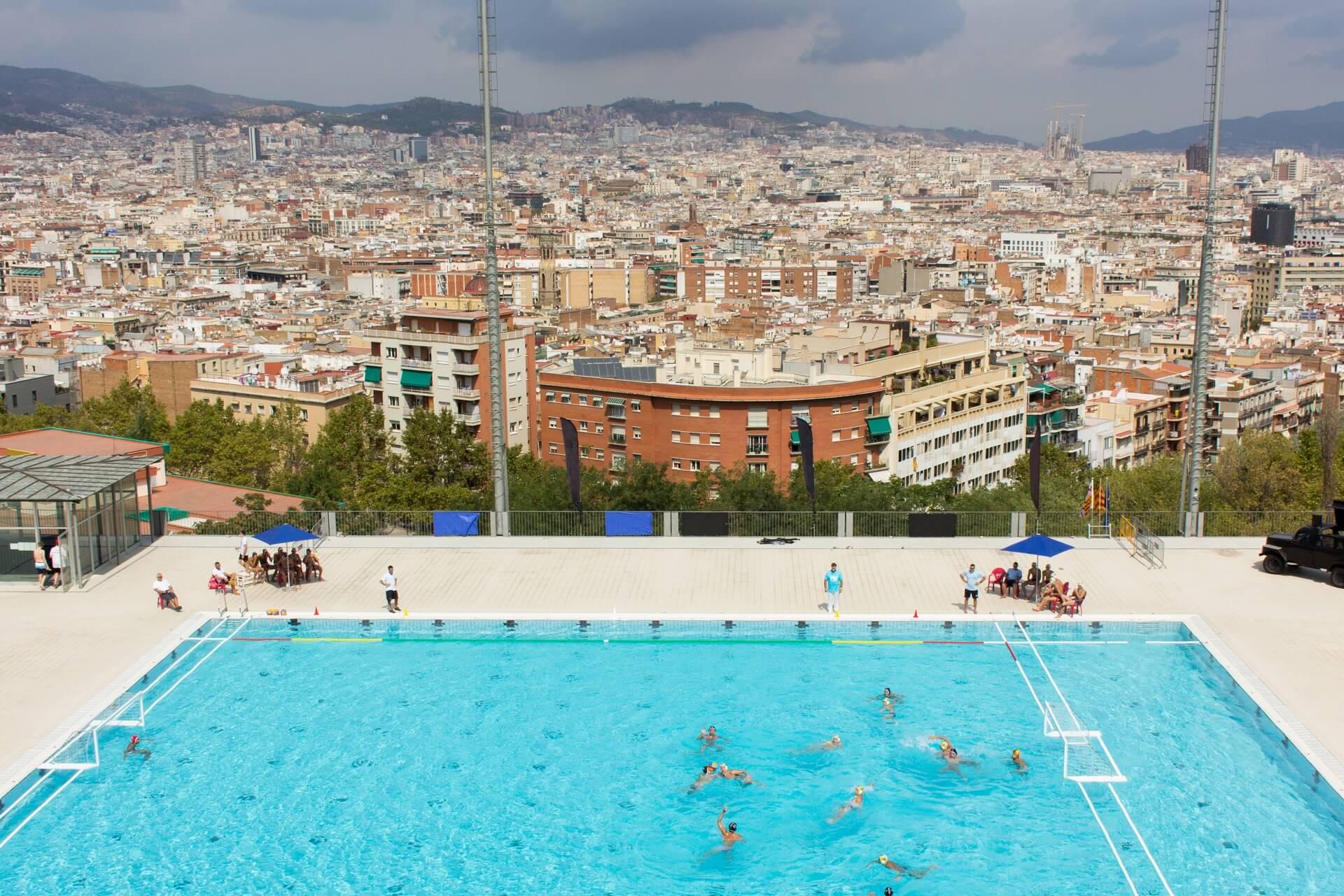 Von diesem Schwimmbad in Barcelona hat man eine tolle Aussicht