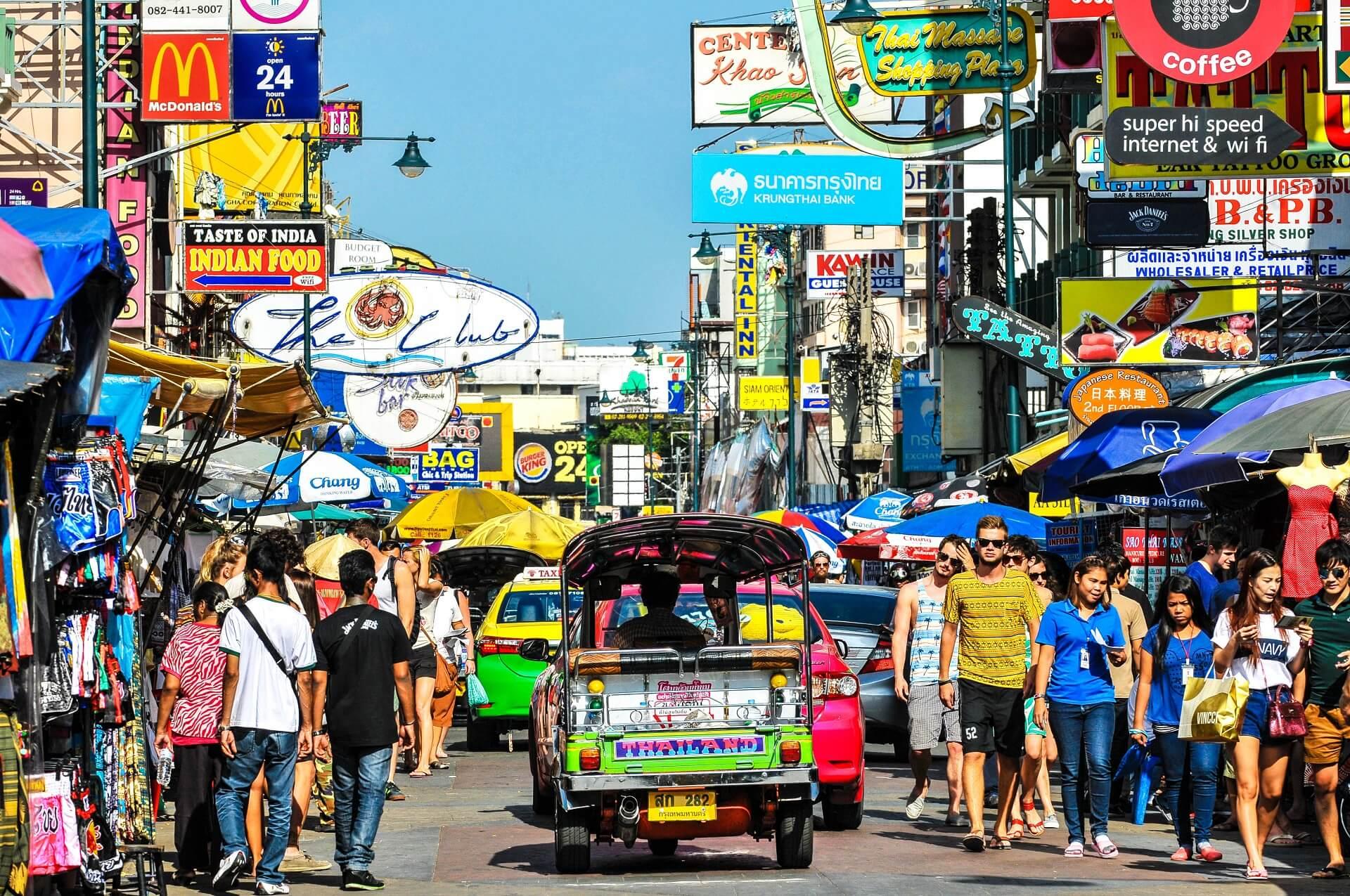 Die Khaosan Road ist besonders bei jungen Menschen und Backpackern beliebt