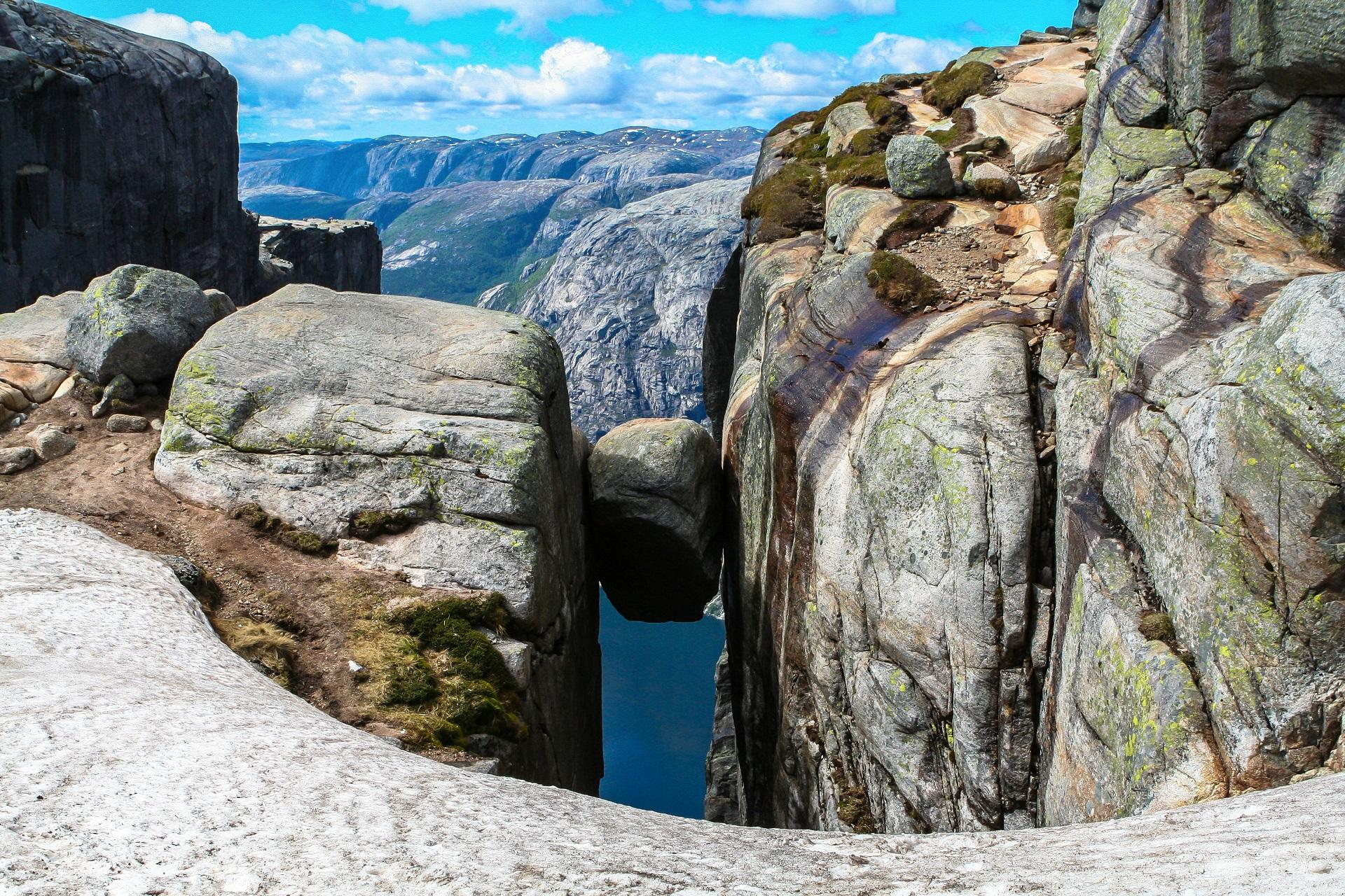 Der Kjeragbolten in Norwegen ist ein beliebtes Fotomotiv