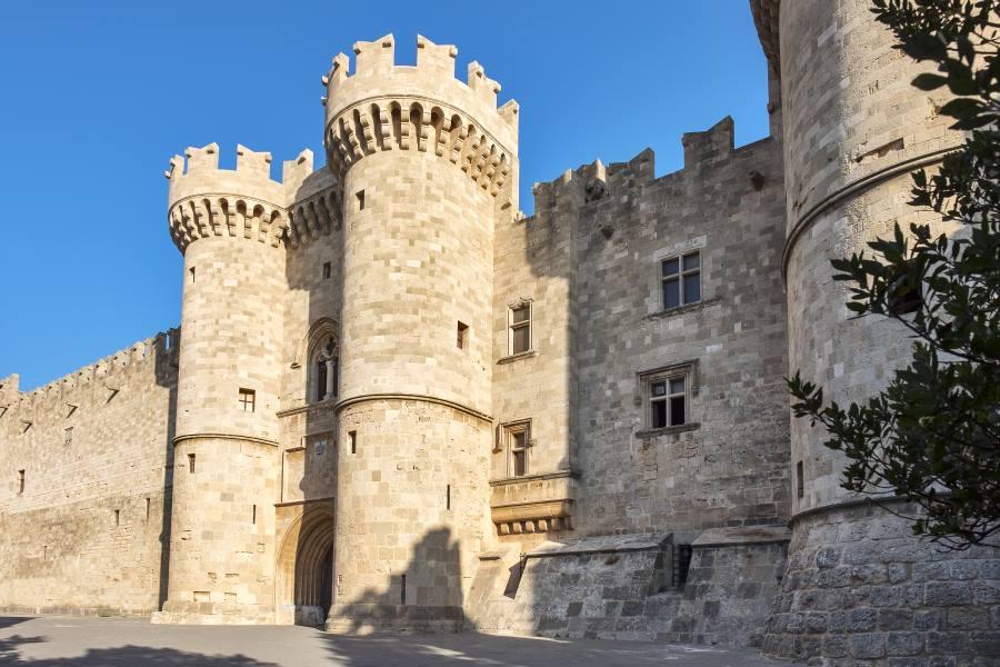 Mauern des Großmeisterpalastes in der Altstadt von Rhodos