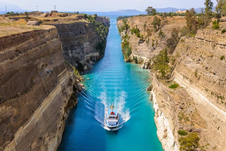Schiff passiert den Kanal von Korinth in Griechenland
