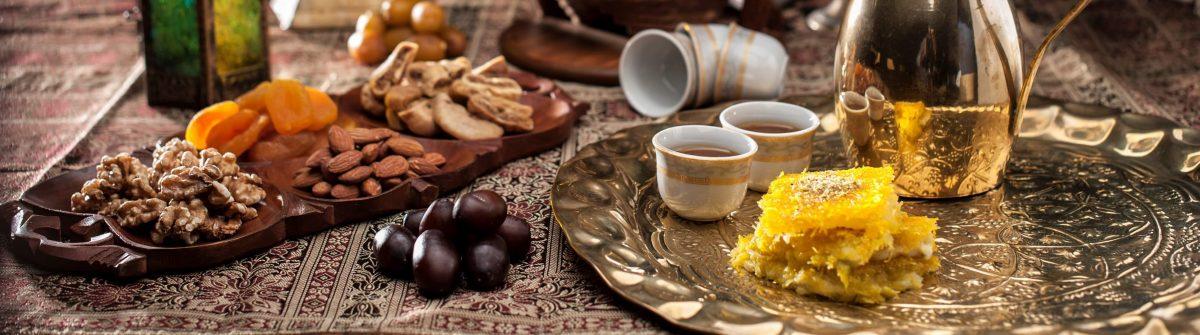Arabischer-Kaffee-mit-Datteln-Bahrain-iStock-667715476
