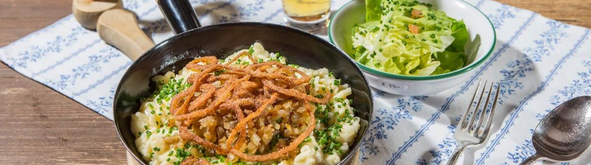 kulinarik-in-zell-am-see-kaprun-kasnocken-mit-salat-Zell-am-See-Kaprun-Tourismus-Faistauer-Photography