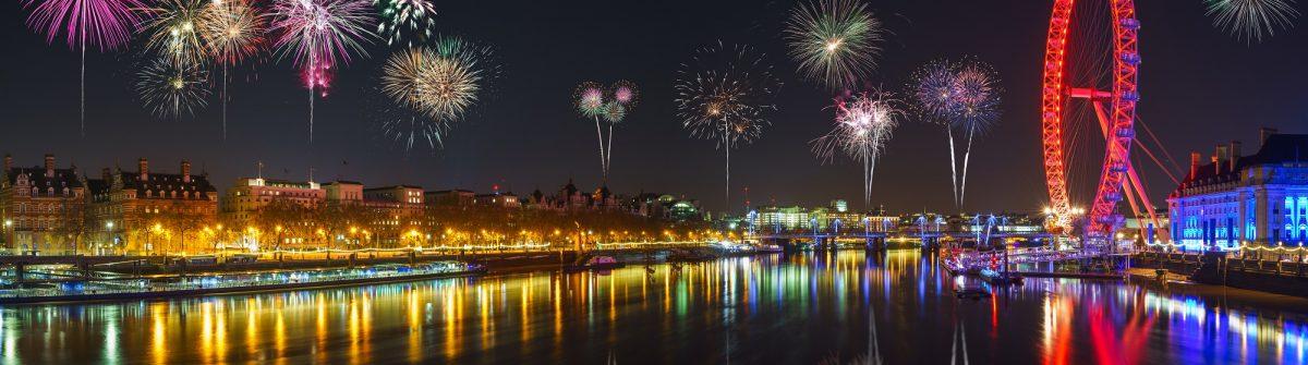Silvester in London mit Feuerwerk über der Themse und am London Eye.