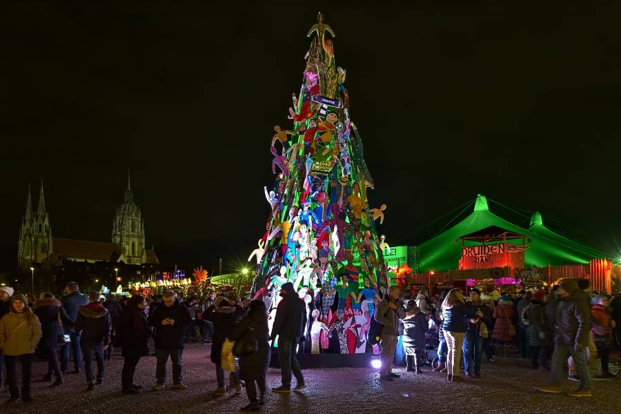 shutterstock_1151150783_EDITORIAL-ONLY_Christmas-tree-at-Tollwood-Winter-Festival-on-Theresienwiese_Mikhail-Markovskiy_900x600
