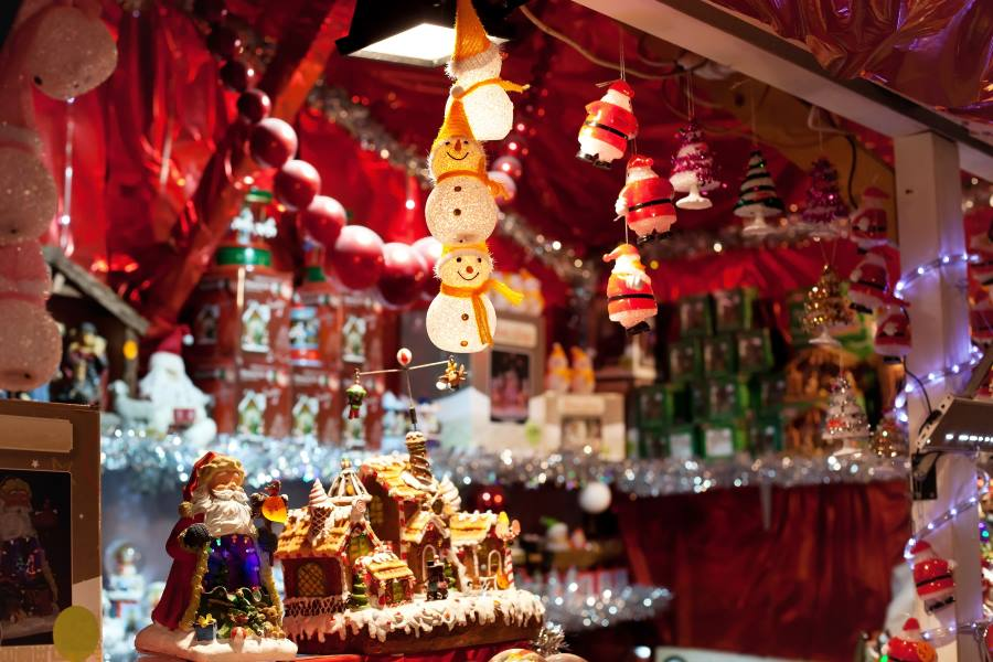 Stand mit Weihnachtsdeko auf einem Weihnachtsmarkt