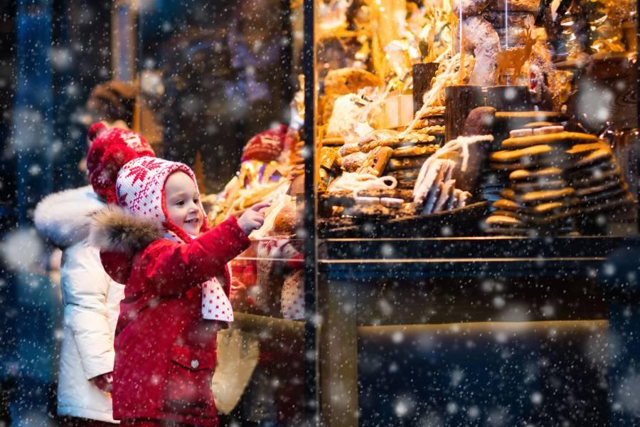 Kind an einem Stand auf dem Weihnachtsmarkt