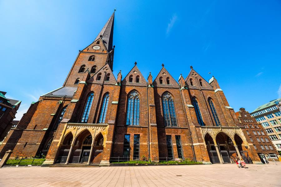 shutterstock_663674134_Hauptkirche-St-Petri-St-Peter-Church-aka-Petrikirche-in-Hamburg-Germany_900x600